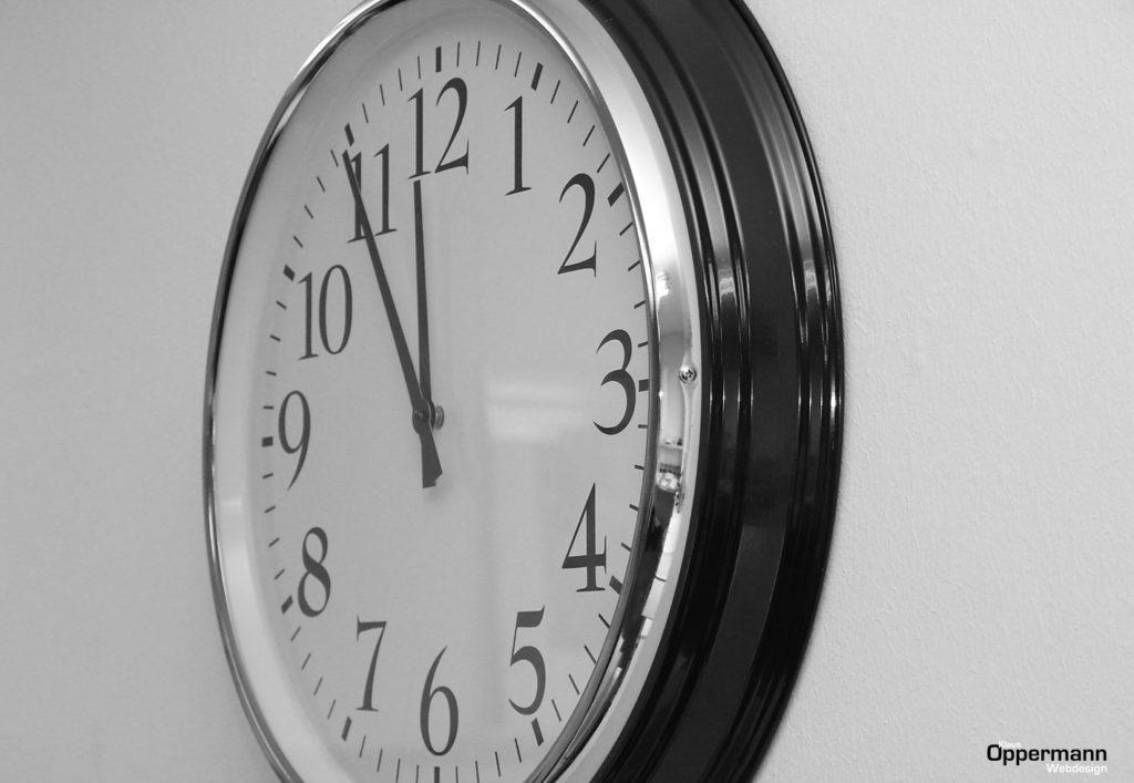 Uhr 5 Minuten vor 12