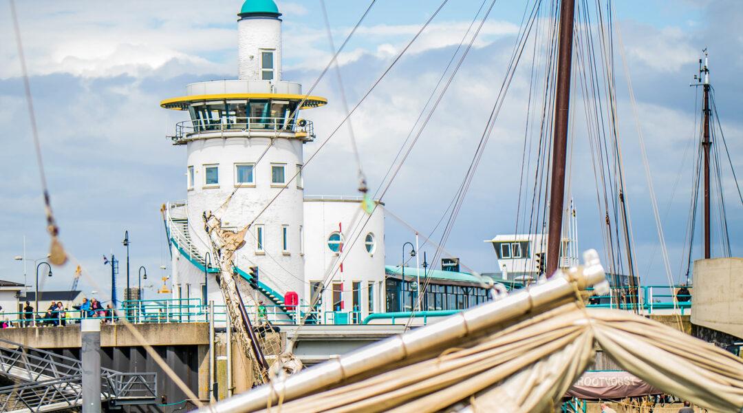 Haarlingen Leuchtturm Hafen 01 Segeln auf dem IJsselmeer